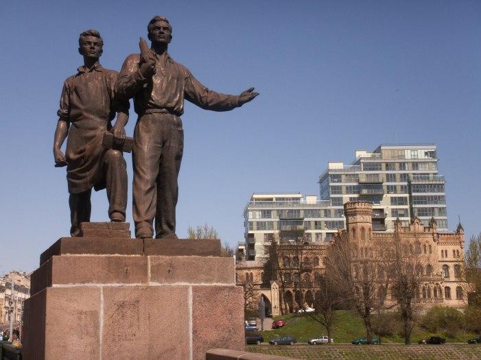 Sovjet monument on bridge