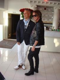 Christer Lindarw med vän