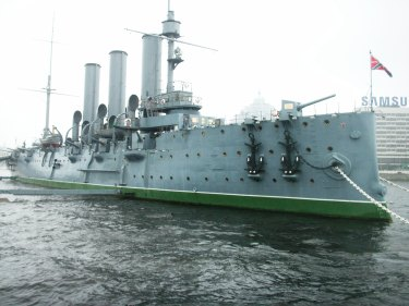 """Kryssaren """"Aurora"""" på floden Neva"""