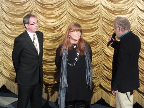 Presentation av regissör och producent på scen.