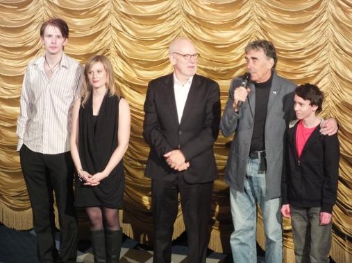Skådespelare på scen efter filmen