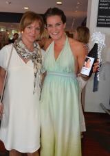 Anna Benson med sällskap och eget vin