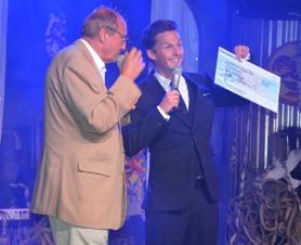 Hasse Wallman delar ut 10.000 kr.till David Lindgren