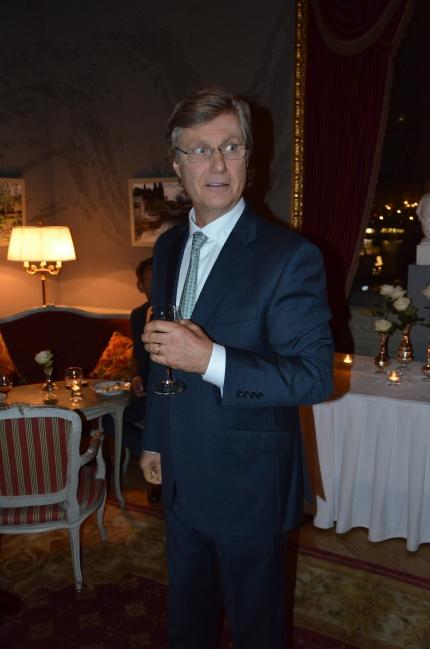 Lasse Hallström intar middagsbordet