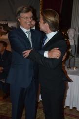 Lasse Hallström får ett nyp i kinden