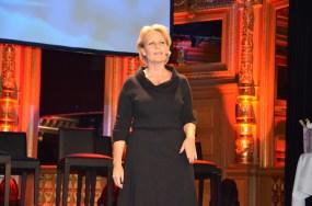 Artistuppträdande på scen, med Edith Piaf sång.
