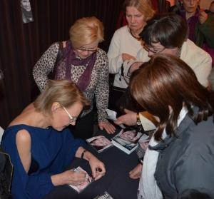 Arja Saijonmaa signerar