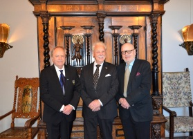 Enebybergs Bibliotekets Vänner uppvaktade, här av skådespelaren Helge Skoog och ordförande Fil. Dr. Jan O. Berg.