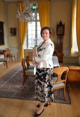 Hovsångerskan Lena Nordin på väg att sjunga för jubilaren.