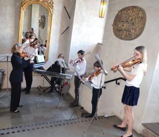 Gästerna välkomnades i slottstrappan av ljuvlig musik av en grupp elever från Danderyds musikskola.