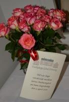 Enebybergs Gårds Förening uppvaktade med vackra rosor.