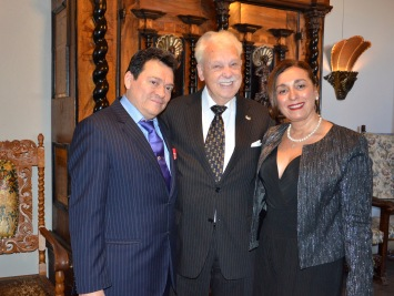 Nicaraguas Ambassadör och Fru Francisco Chavarria tar väl hand om jubilaren.