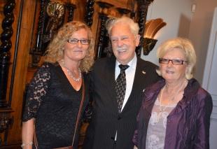 Jubilaren omgiven av brorsdöttrarna Heléne Berghult och Lena Johansson som hade rest upp från Göteborg.
