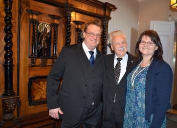 Jubilaren flankeras av Kjell Forsed och brorsdottern Gunilla Anteryd.