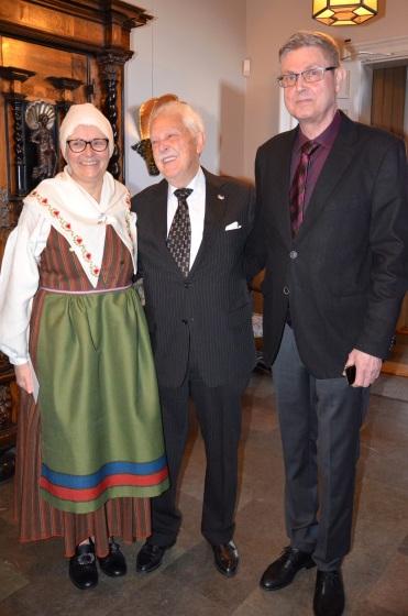 Jubilaren flankerad av värmlänningarna Kerstin Magnusson och Ingemar Söder från Östra Ämtervik.