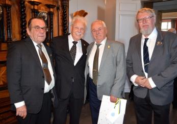 KAK Förtjänstmärkets Klubb uppvaktar genom styrelsemedlemmarna Kjell Sterner, Sture Björk och Ulf Stenberg.