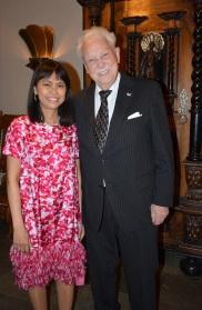 Här uppvaktas jubilaren av eleganta sekreteraren hos sydafrikas ambassadör Andra Winroth.