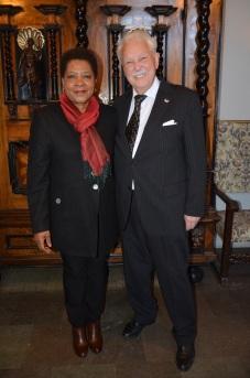 Sydafrikas Ambassadör Faiht Radebe kommer och gratulerar.