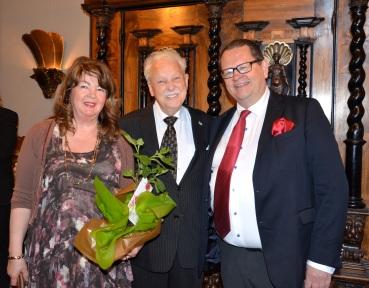 Filmproducenten Roger Person med fru Tarja komer med ett fikonträd att planteras ute i trädgården på Villa Solborg.