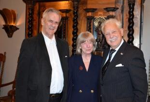 Här blir jubilaren uppvaktad av Skådespelerskan Kerstin Wolgers och sekreteraren i KAK/L Rio Sandström.