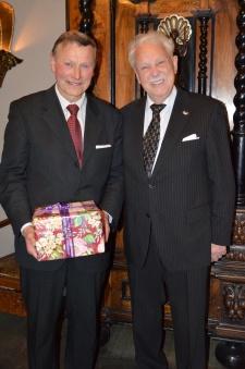 Uppvaktning av både paket och pianospel av norske Slottspianisten Karl-Otto Hagen-Olsen.
