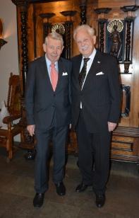 Här kommer vice ordf. i Svensk-Norska föreningen, Håkon-Stein Korshawn och gratulerar.