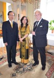 Vietnams Ambassadör and Mrs Tran Van Hinh kommer och uppvaktar jubilaren.
