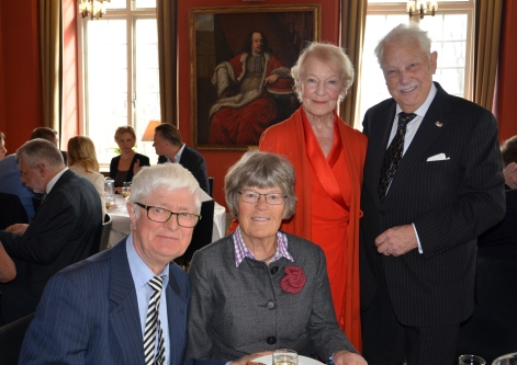 Gamla goda vänner från tiden vid Värmlands Nation i Stockholm Lena och Björn Elinder. Bredvid står jubilaren och skådespelerskan Margareta Byström.