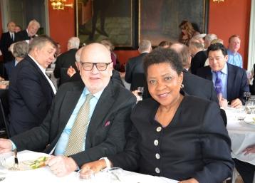 Kulturpersoner pratar kultur. Sydafrikas Ambassadör Faith Radebe och Ordf. i Enebyberg Bibliotekets Vänner, Fil.Dr. Jan O. Berg.