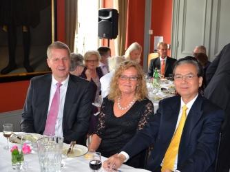 Ove Malmengård, Helén Berghult och Vietnams Ambassadör Tran Van Hinh i trevligt samspråk.