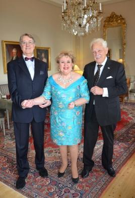 Eleganta som vanligt, Hovsångerskan Siv Wennberg i sällskap med tenoren Eric Alexander Carlenstolpe kommer och hedrar jubilaren.