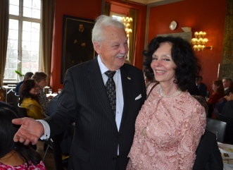 En strålande Ungersk Grevinna Csilla Patachich kommer och gratulerar.
