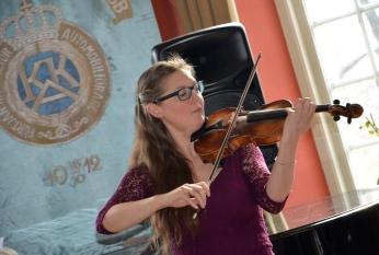 Ljuvliga toner från konsertmästaren och violinisten Susanne Francett.