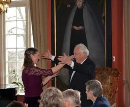 Grattis Gösta säger sångerskan vid SR radiokören, violinisten och konsertmästaren Susanne Francett