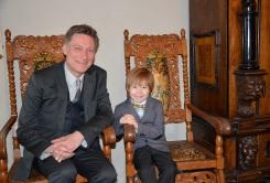 Konsertpianisten Mårten Landström väntar på att framföra en musikalisk hyllning på flygeln, här med sonen Åke.