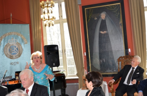 Hovsångerskan Siv Wennberg sjunger ut för jubilaren Gösta Malmengård.