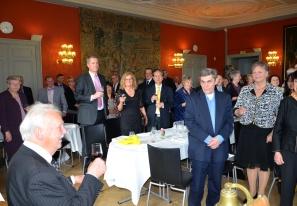 Ja må han leva i många lyckliga år sjöng och skålade gästerna för jubilaren Gösta Malmengård på Djursholms Slott.