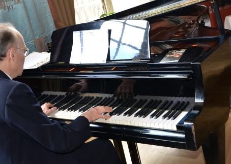 Happy birhday spelades på flygeln av KTH-bibliotekarien Bert Svennson.