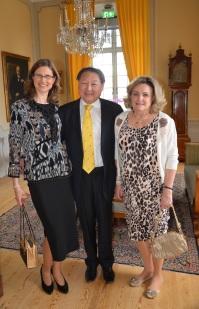 Professorn vid KTH Richard Hsieh tar hand om slovakiska kulturrådet Anna-Katarin Schatzl och hustrun Eva Hsieh.