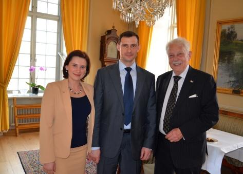 Rysslands militärattaché and Mrs Dmitry Tkachenko i samspråk med jubilaren.