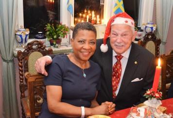 Jultomten Gösta tar väl hand om Sydafrikas Ambassadör Faith Doreen Radebe.