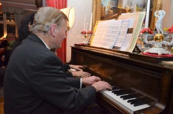Tomten hälsas välkommen med Tomtarnas vaktparad framförd av dubbelpianisterna Annuchka Mukherje och Karl-Otto Hagen-Olsen.