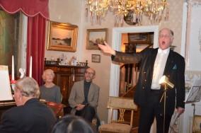 Julens sånger framförs av operasångaren Sven-Olov Persson.