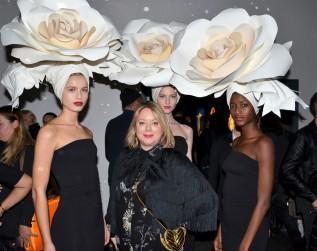Maria Pyret Millqvist med modellerna från Mikas