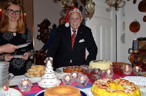 3:e Advent på Villa Solborg. Sybylla Wales från England och Gösta vid adventsbordet.