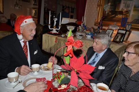 3:e Advent på Villa Solborg. Gösta i glatt samspråk med Jorunn och Håkon-Stein Korshavn från Norska Kyrkan.