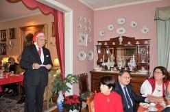 Här hälsar värden Gösta Malmengård gästerna välkomna till 3:e Advent mottagning på Villa Solborg. Här sitter Fru Birgitta Carlsson, Professor Richard Hsieh och Mrs Ch. Touloupas maka till Greklands ambassadör.