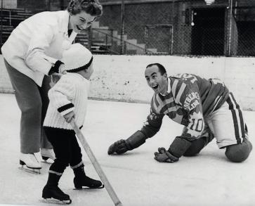 2 years old on Gillis Grafströms skates Peter Lulle Johansson starts on ice...