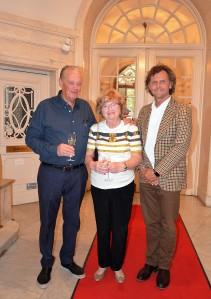 Fastighetens ägare, Anders och Bibbi Nordin och Pontus Wennerberg, kvällens värd och i vars våning tillställningen hölls.