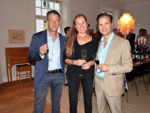 Mia Wennerberg och till höger om henne Patrik Dahlén, chefsmäklare på SEB med vän.